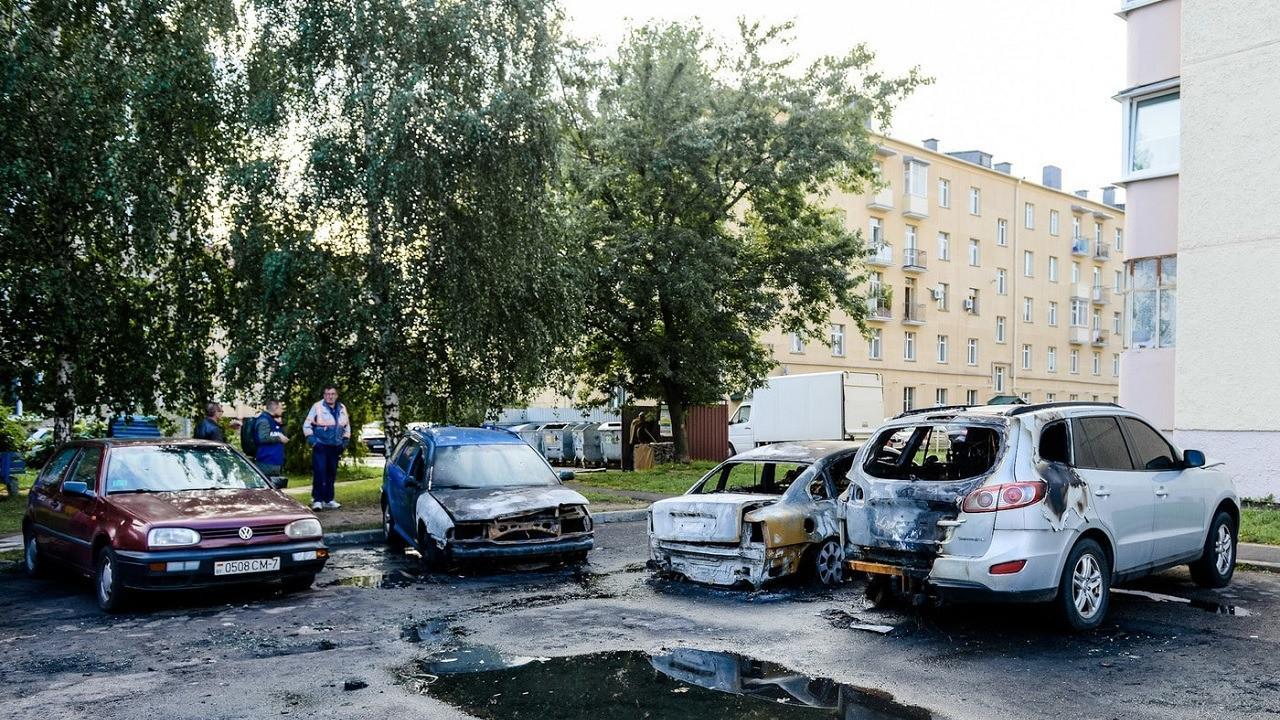 В Минске ночью подожгли автомобили в центре