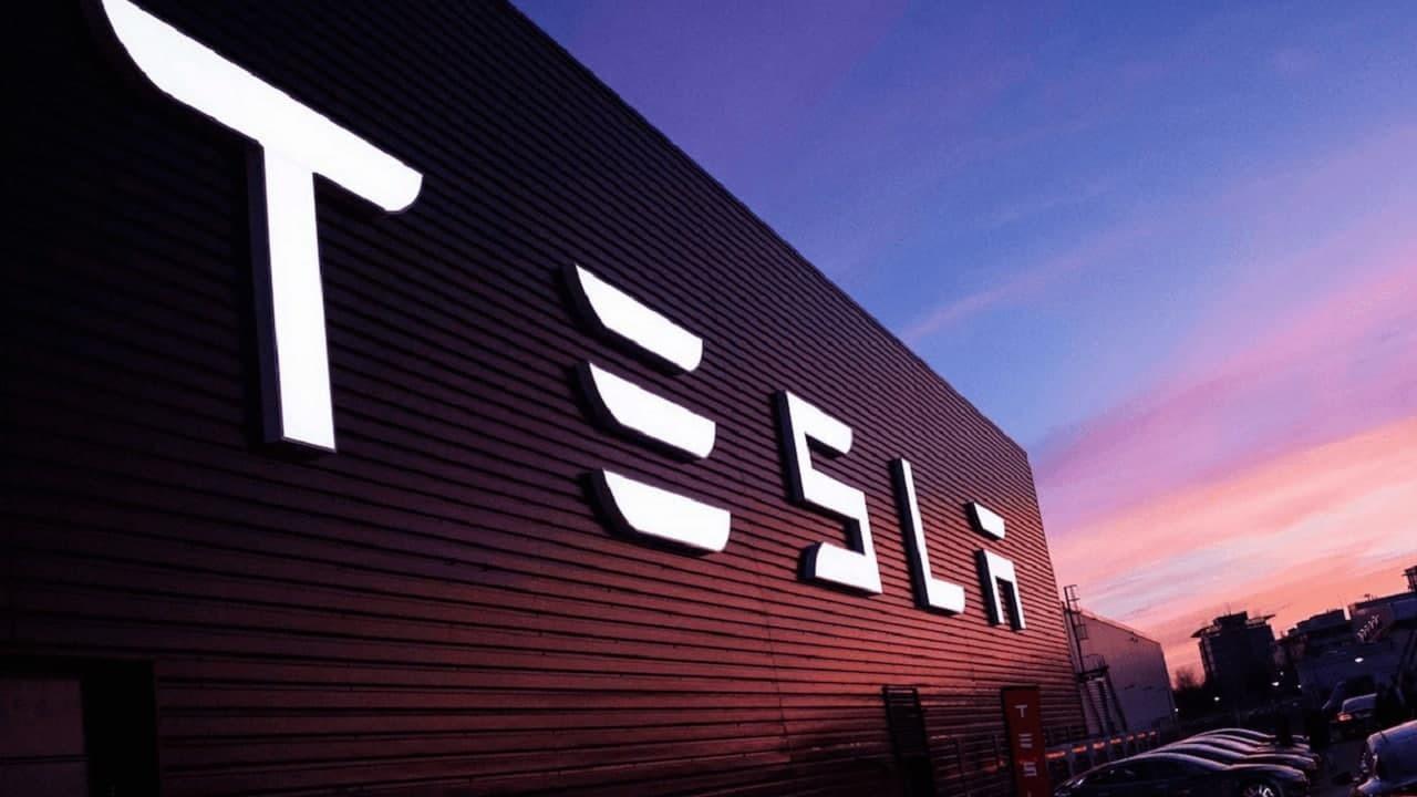 В США требуют от компании Tesla отозвать часть автомобилей с дефектом